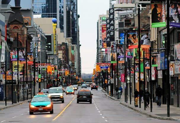 Улица Янг-Стрит в Торонто (Канада)