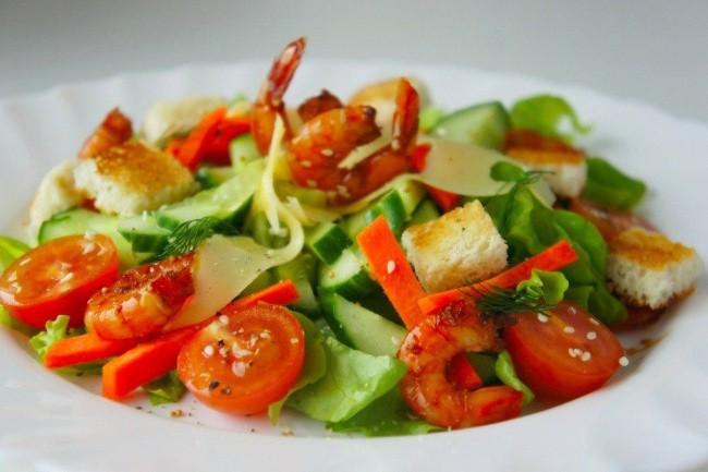 Салат с овощами и креветками