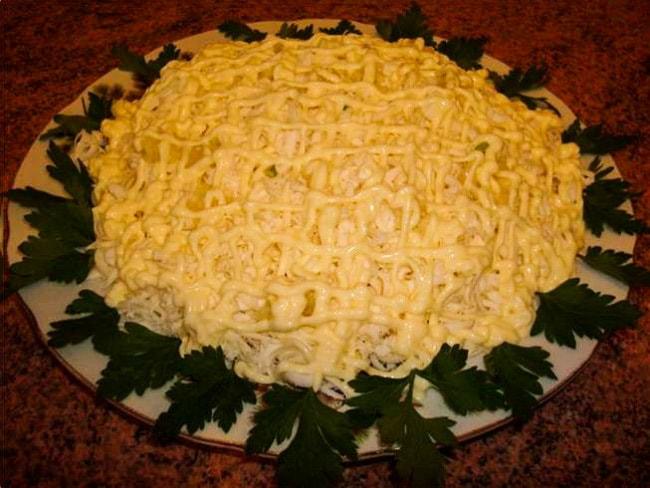 Сырный салат с тыквой, куриной грудкой и чесноком