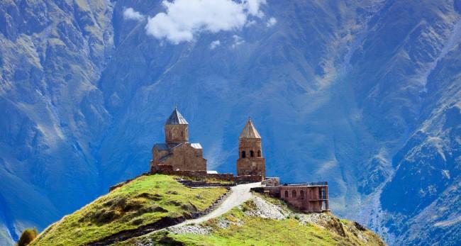 Гора Казбек и храм Гергети