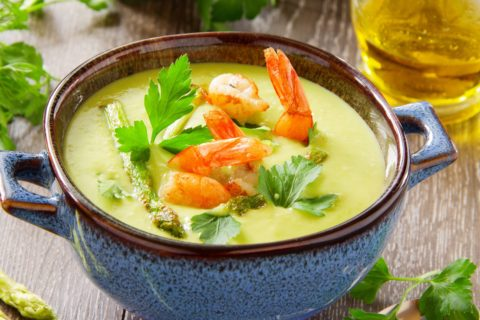 10 простых рецептов холодных супов, которые остудят вас жарким летом