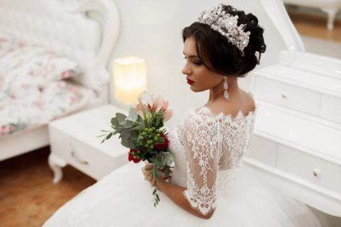 Самые модные прически на свадьбу в 2018 году