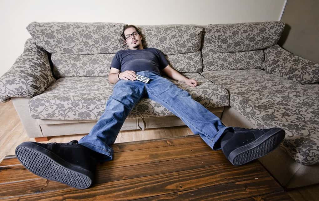 следующий частные фото мужчина лежит на диване снимает комнату