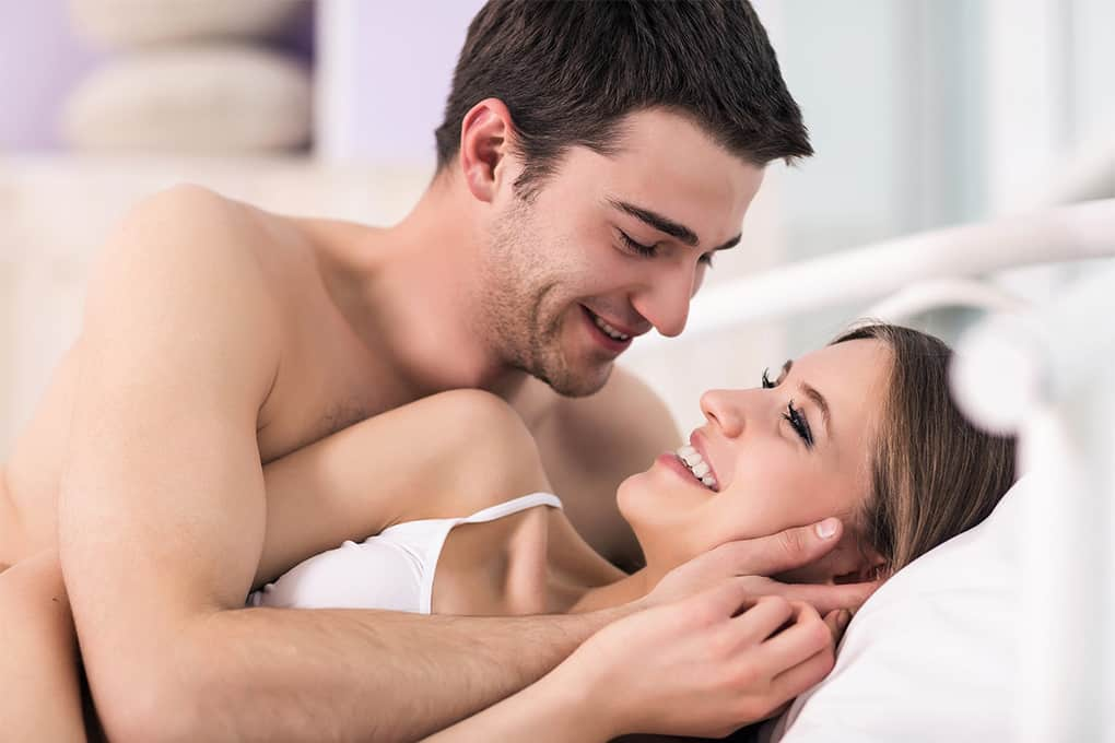 Пара влюбленных в постели видео, русские дамы с молодыми