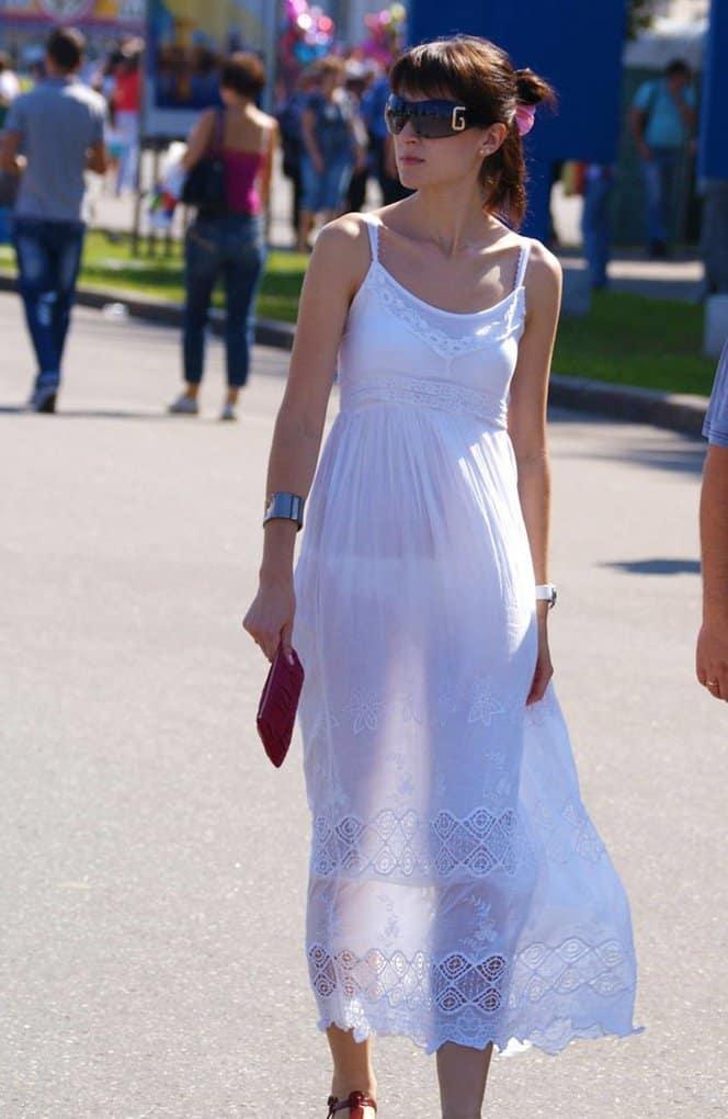 В белой просвечивающейся одежде, кончить от яичек