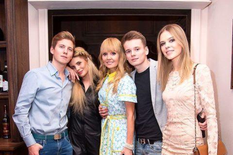 10 российских многодетных мам среди знаменитостей, по фигурам которых не скажешь, что они рожали