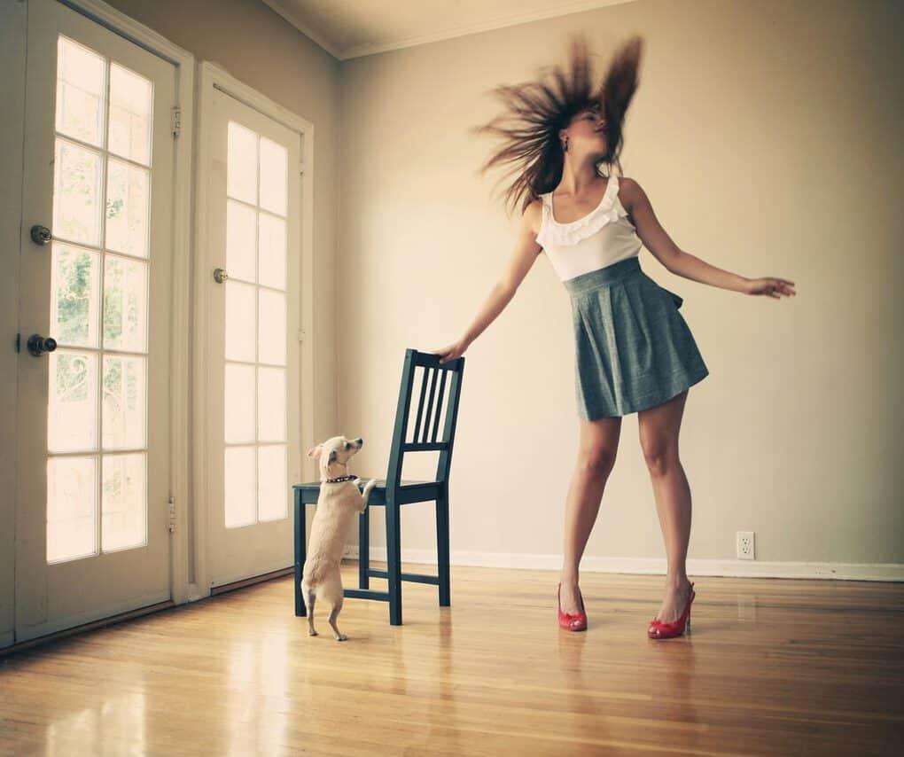 Смешная картинка девушка танцует