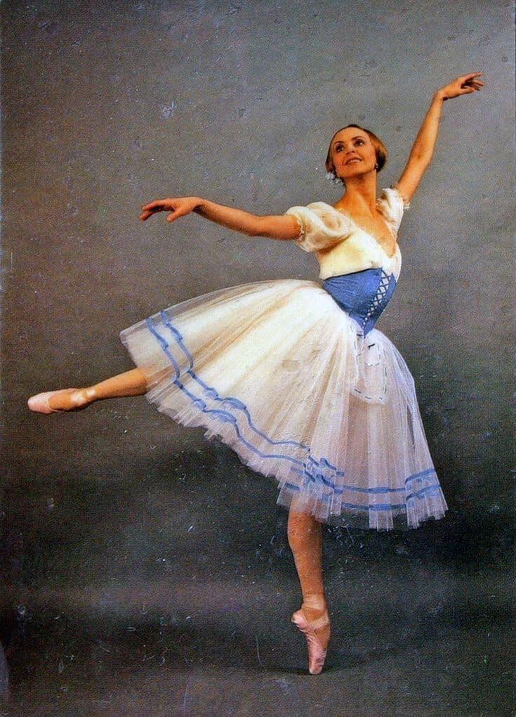 трахает танцовщицу во время танца