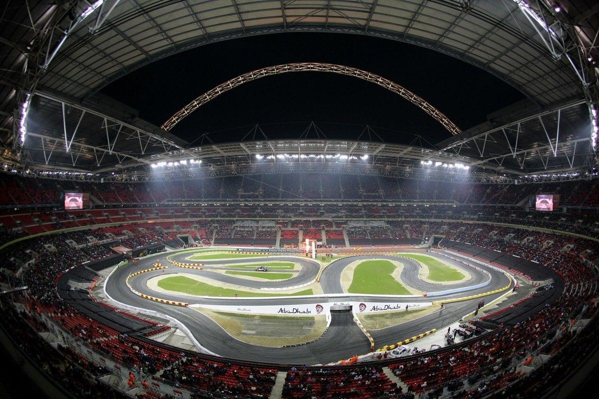самые большие стадионы великобритании преимущество, которым обладает